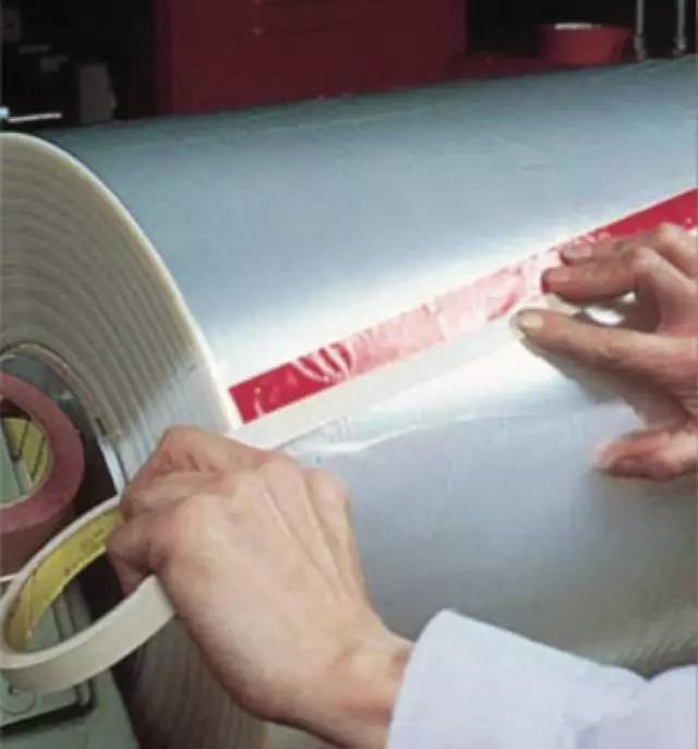 9420 型 3M 双面胶带可快速安全地粘接塑料薄膜